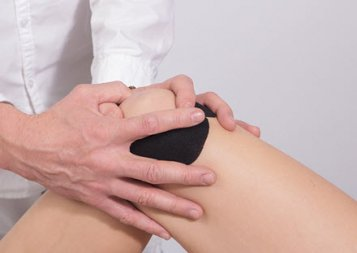 doctor prepares for viscosupplementation to heal knee pain